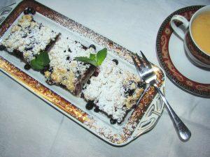 ciasto drożdżowe wegańskie z jagodami i kruszonką