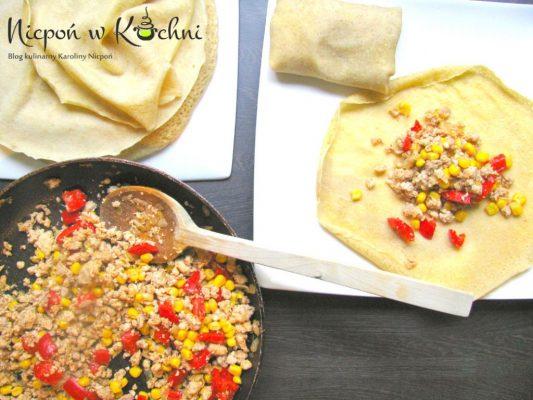 Naleśniki z mięsem mielonym i sosem czosnkowym
