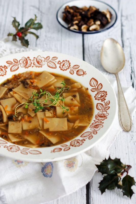 Zupa grzybowa z jarzynami i łazankami