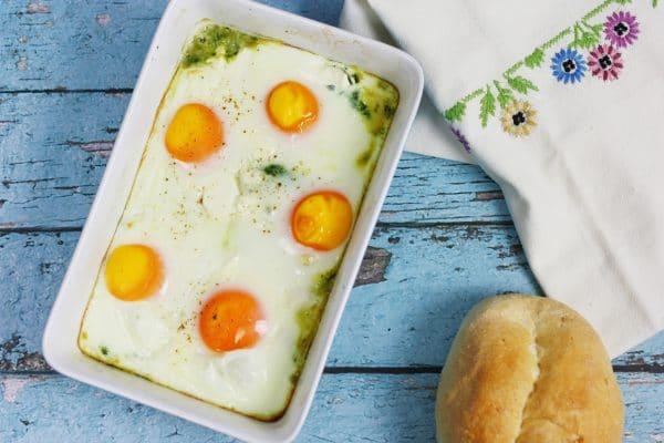 Jajka zapiekane ze szpinakiem i fetą