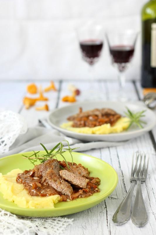 Polędwiczki wieprzowe w sosie z kurkami i rozmarynem