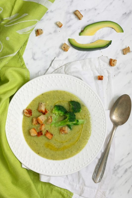 Wegańska zupa krem z brokuła z awokado