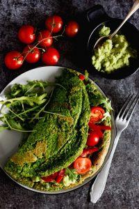 Szpinakowy wegański omlet z ciecierzycy