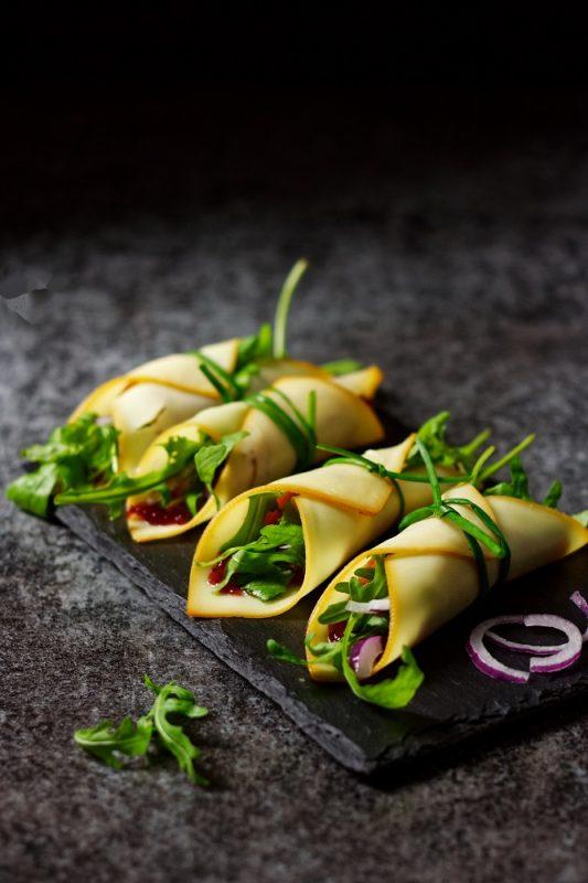 Roladki z wędzonego sera żółtego z żurawiną