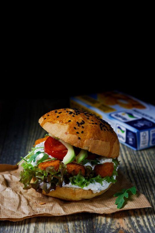 Fishburger z paluszkami rybnymi i sosem tatarskim