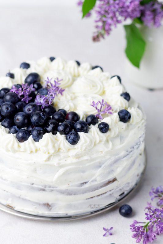 wegański tort z kremem maślanym na bezie włoskiej