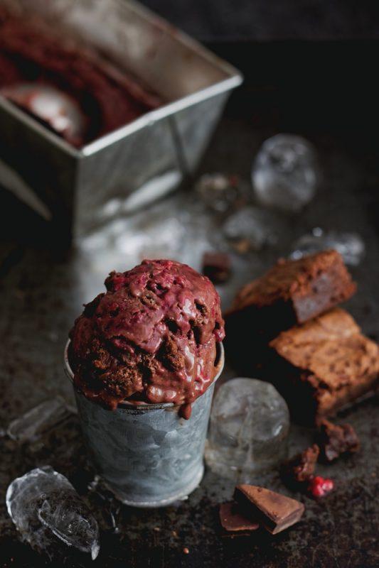 Wegańskie lody brownie z malinami