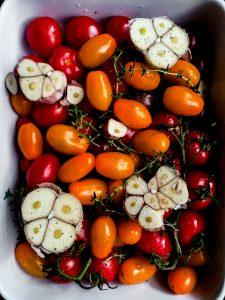 Pieczone pomidorki koktajlowe z czosnkiem i tymiankiem