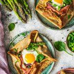 Naleśni zapiekane z jajkiem szparagami i szynką